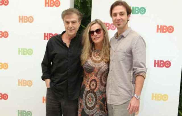 Criada em família, Bruna Lombardi e Carlos Alberto e o filho do casal, Kim Riccelli, estão na produção. (foto: Reprodução/HBO)